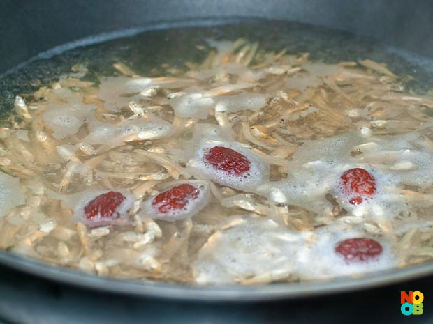 Making anchovies (ikan bilis) stock