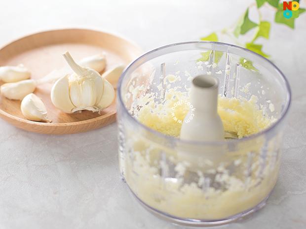 Freshly chopped garlic