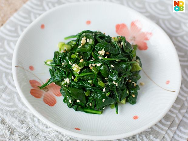 Korean Spinach Salad Recipe (Sigeumchi Namul)