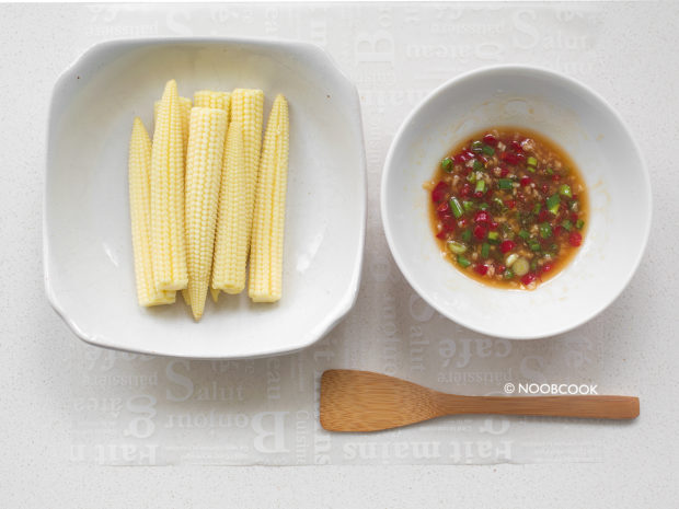 Cooked Baby Corn and Sauce