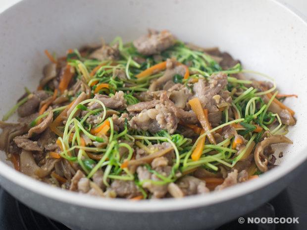 Stir-fry Pea Shoots, Pork & Mushroom